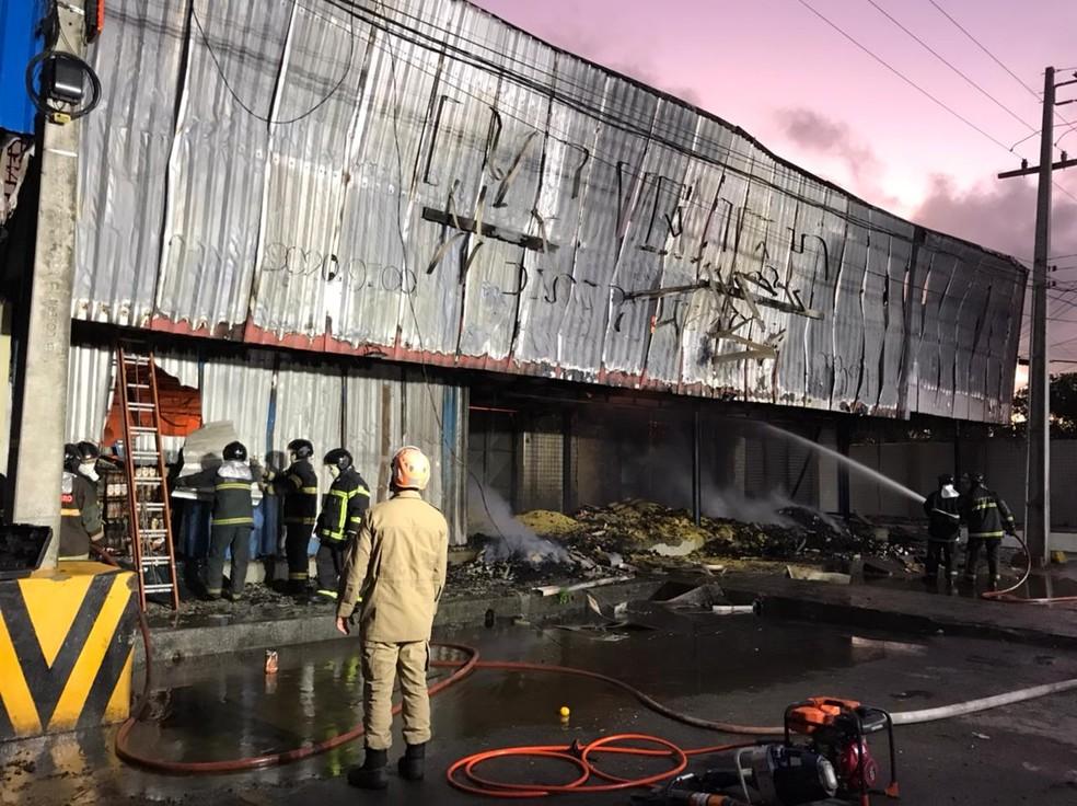 Corpo de Bombeiros combate incêndio na Ceasa em Natal — Foto: Ayrton Freire/Inter TV Cabugi