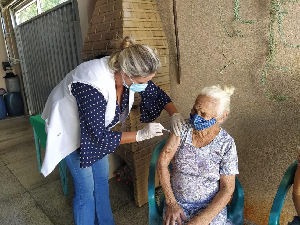 Amélia Candida de Jesus, de 90 anos, foi a segunda a ser imunizada em Fernandópolis  — Foto: Divulgação/Prefeitura de Fernandópolis