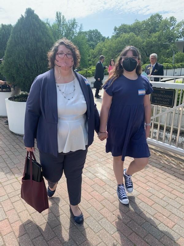 Katie Jenifer se formou advogada para apoiar a filha, que é trans (Foto: Reprodução/Twitter/Equality NC)