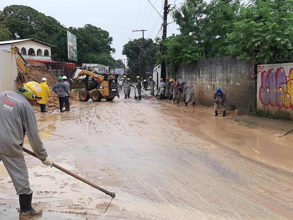Muro desaba em Manaus e prejudica trânsito no Bairro da Paz — Foto: Eliana Nascimento/G1