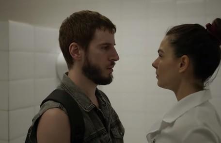Na segunda-feira (30), Vicente (Rodrigo Garcia) vai contratar um detetive particular para investigar a morte do irmão de Betina (Isis Valverde) Reprodução