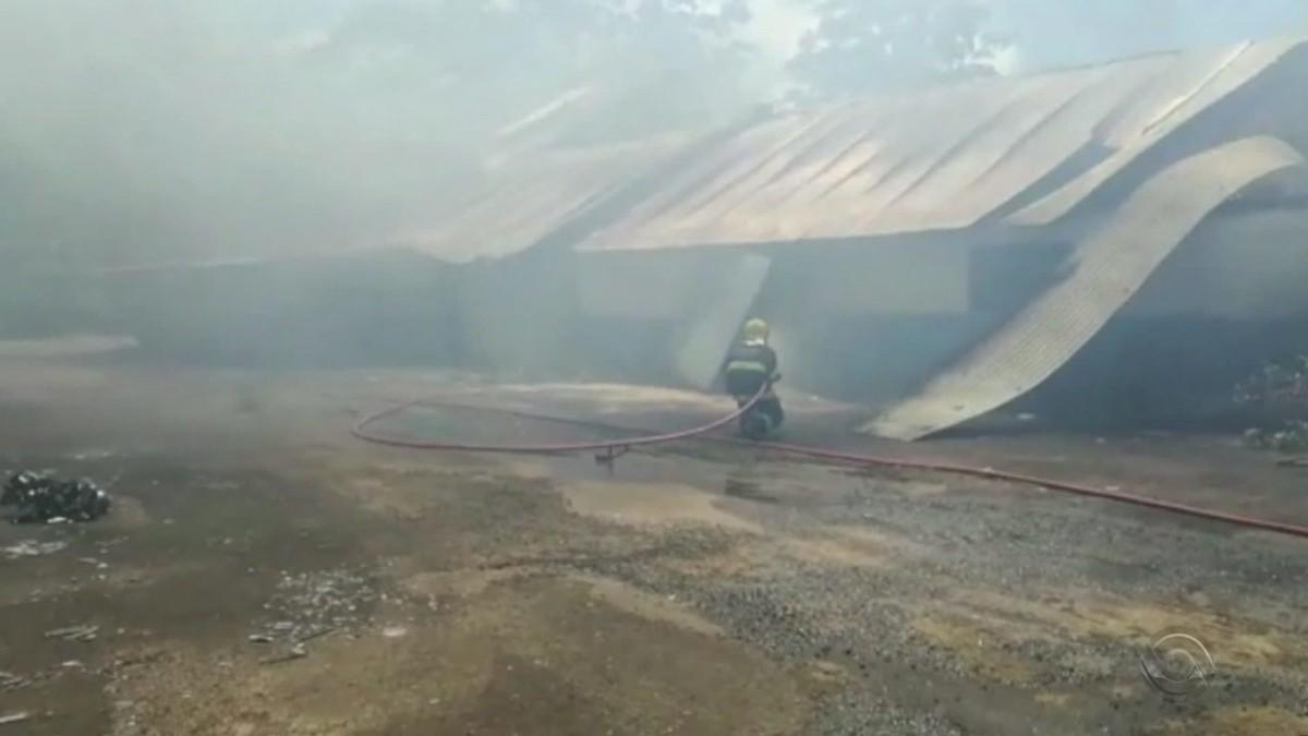 Incêndio atinge construtora às margens da ERS-122, em Portão - G1