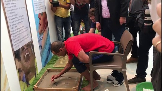 Da dispensa do Santa ao melhor do mundo: Rivaldo marca pés no memorial da Arena