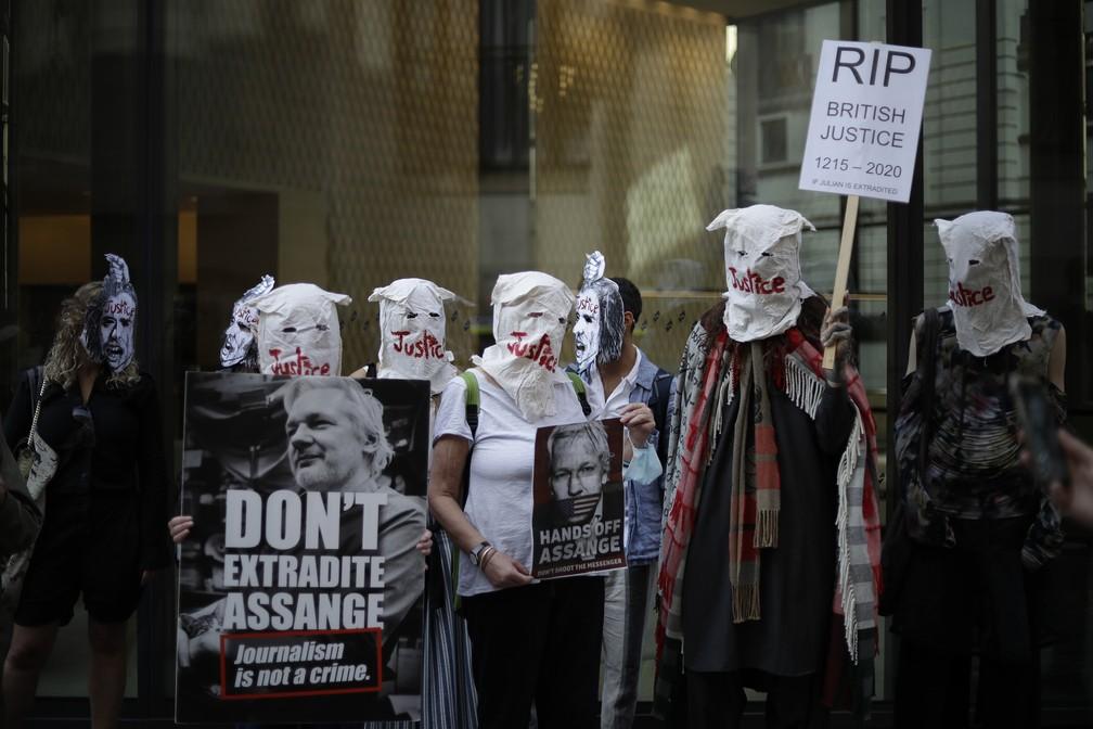14 de setembro - Apoiadores do fundador do WikiLeaks, Julian Assange, participam de protesto em frente ao tribunal de Old Bailey, em Londres — Foto: Matt Dunham/AP