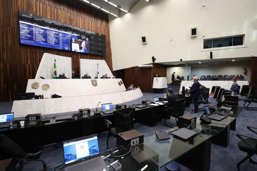 Deputados aprovam multa de até R$ 56,7 mil para quem furar fila da vacina da Covid no Paraná