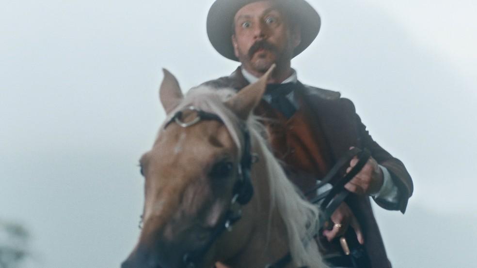 Tonico (Alexandre Nero) é surpreendido por jagunços em 'Nos Tempos do Imperador' — Foto: Globo