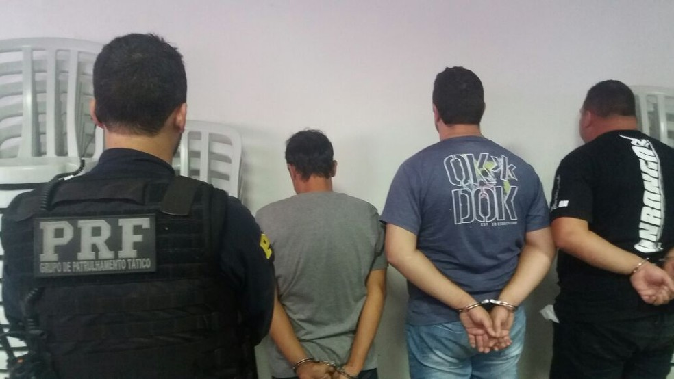 Três homens presos suspeitos de tráfico de armas, drogas e receptação em Petrópolis (Foto: Polícia Rodoviária Federal/Divulgação)