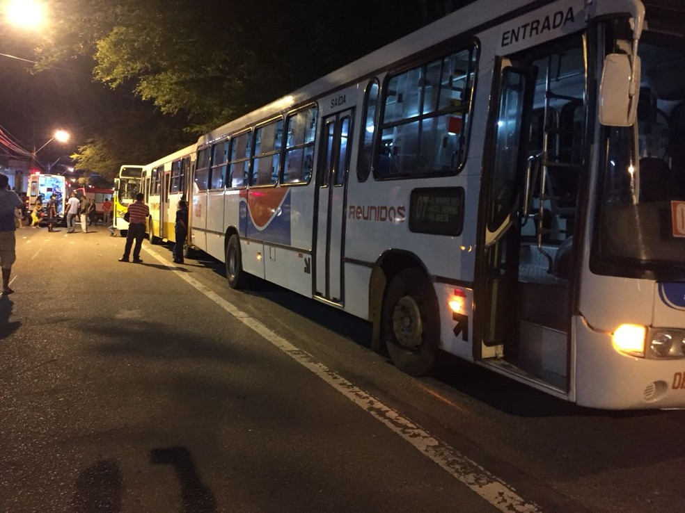 Três ônibus colidiram na Avenida Bernardo Vieira, em Natal (Foto: Divulgação/PM)