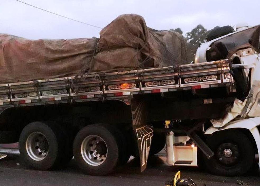 Três caminhões bateram na BR--101 em Araquari (Foto: PRF/Divulgação)