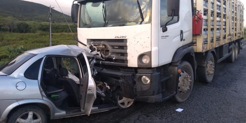 Carro e caminhão colidiram na PE-177, em São João — Foto: WhatsApp/Reprodução