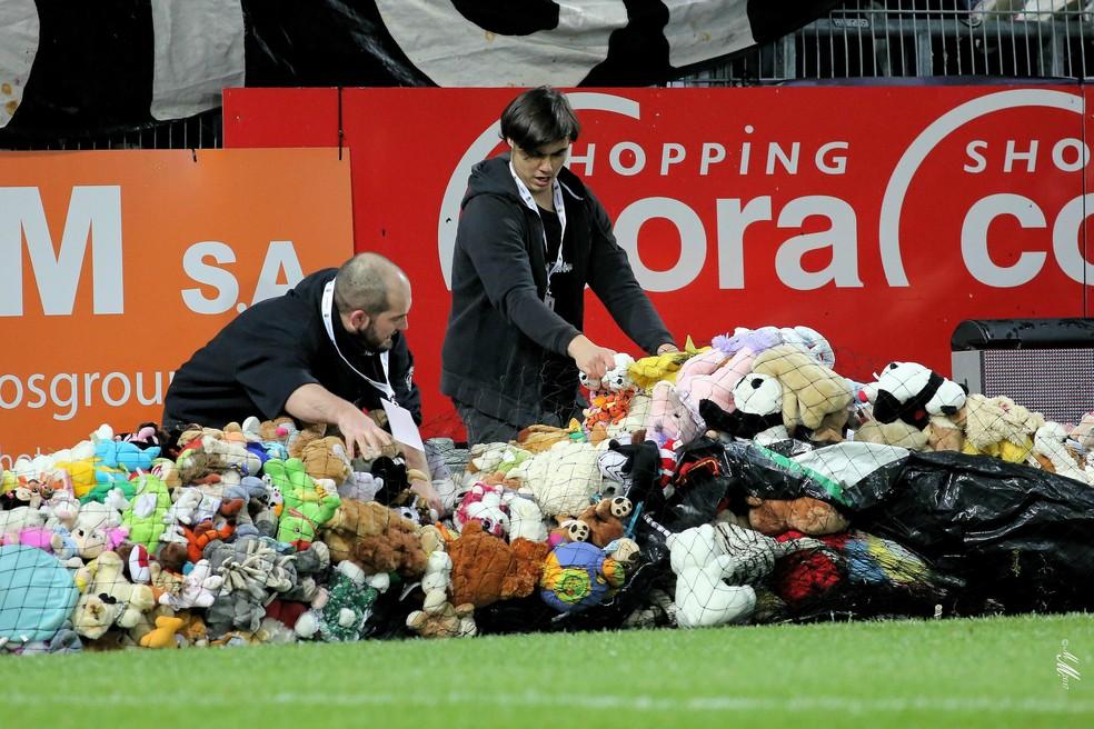 Centenas de bichos de pelúcia vão para crianças necessitadas em Charleroi, na Bélgica (Foto: Reprodução / Site Oficial)
