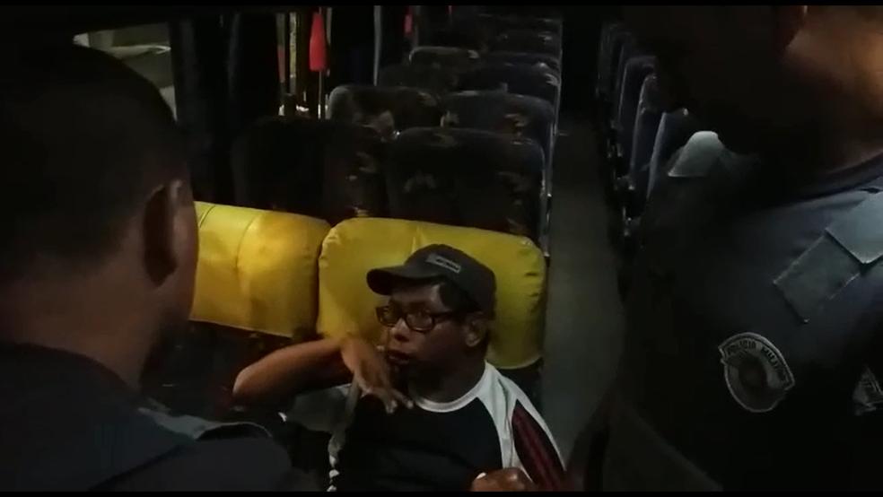 Policiais Militares orientaram passageiro após deixá-lo dentro de ônibus em Franca (Foto: Reprodução)