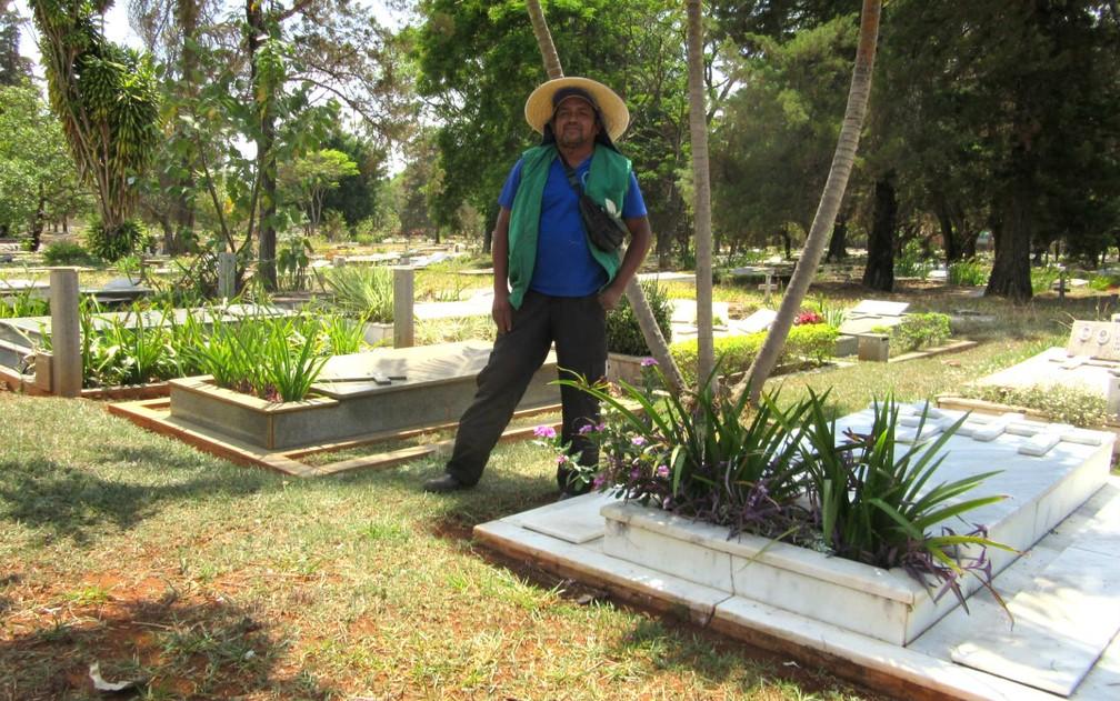 Valdir Silva, um dos jardineiros autônomos do Campo da Esperança da Asa Sul, em Brasília (Foto: Raquel Morais/G1)