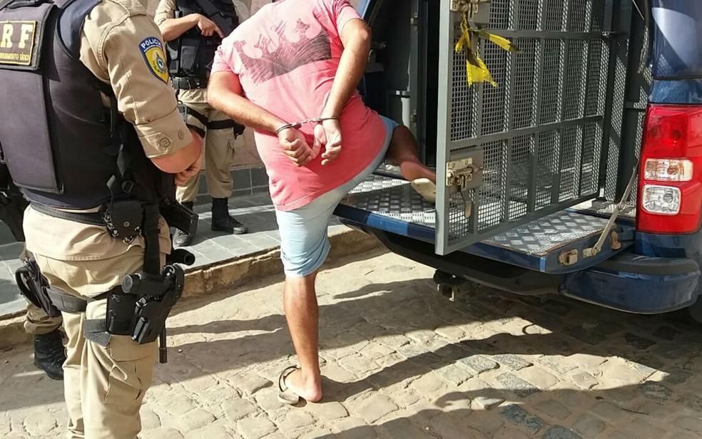 Dos oito presos, sete tinham mandados de prisão por crimes na Bahia (Foto: Divulgação/PRF)
