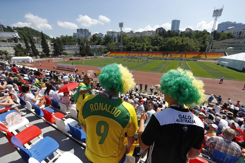 Torcedores com peruca do Brasil acompanham ao treinamento (Foto: Pedro Martins / MoWa Press)