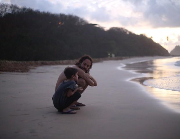 Gabriel com o filho Davi, curtindo a praia, seu quintal desde a adelescência  (Foto: Arquivo Pessoal)