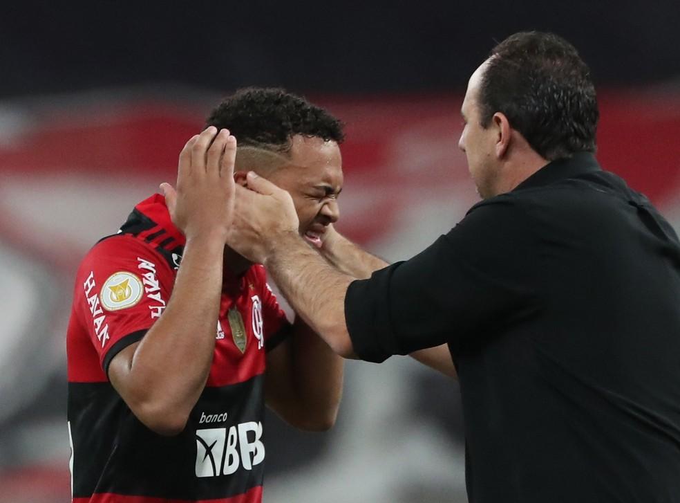 Técnico Rogério Ceni e Rodrigo Muniz em Flamengo x Bragantino — Foto: REUTERS/Sergio Moraes