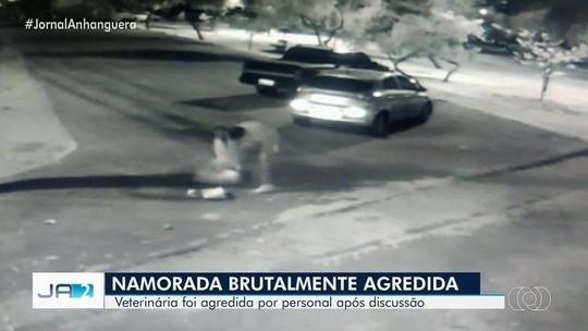 VÍDEO: homem dá chutes e bate cabeça da namorada no chão em Goiás