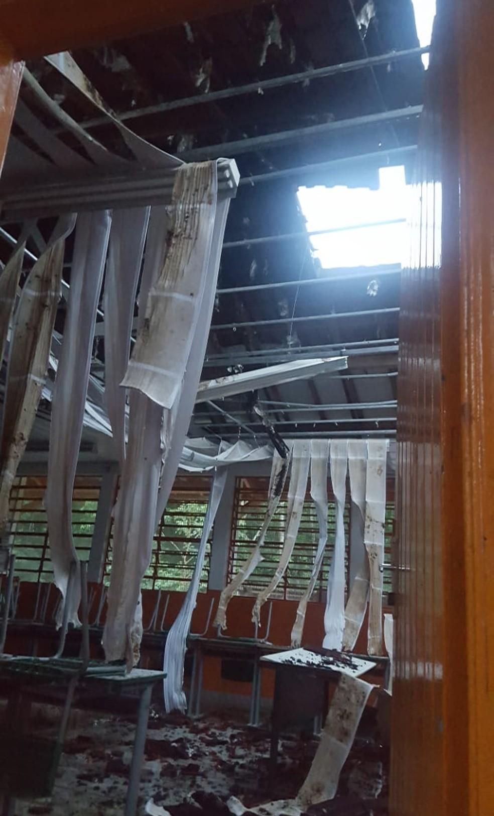 Uma das salas teve o teto comprometido após incêndio em Pariquera-Açu, SP — Foto: G1 Santos