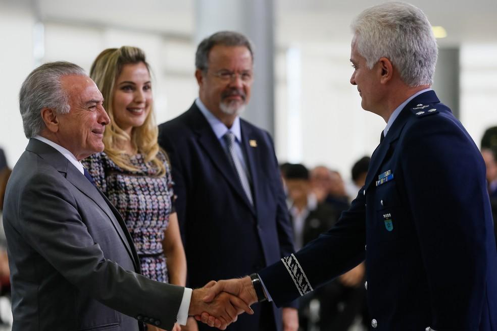 O ministro da Defesa, Raul Jungmann (ao fundo), acompanhou cerimônia de promoção de oficiais das Forças Armadas ao lado do presidente Michel Temer e da primeira-dama Marcela (Foto: Beto Barata/PR)