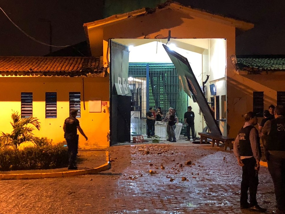 Fuga de detentos aconteceu no Presídio de Segurança Máxima PB1 na madrugada desta segunda-feira (10), em João Pessoa (Foto: Walter Paparazzo/G1)