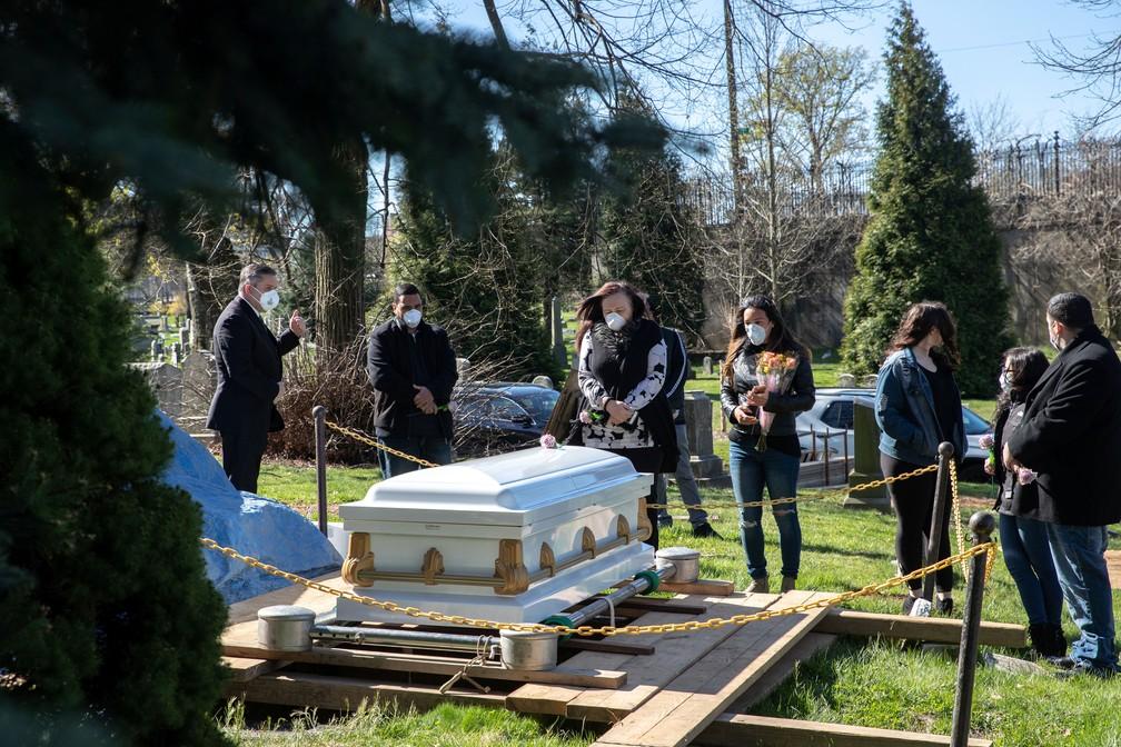 Familiares e amigos acompanham funeral no bairro de Brooklyn, em Nova York, Nova York (EUA), neste sábado (11)  — Foto: Jeenah Moon/ Reuters
