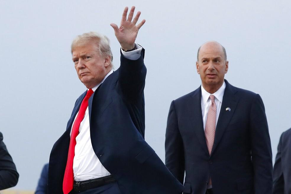 Trump e o seu embaixador para a União Europeia,  Gordon Sondland, em 10 de julho de 2018 — Foto: Pablo Martinez Monsivais/AP