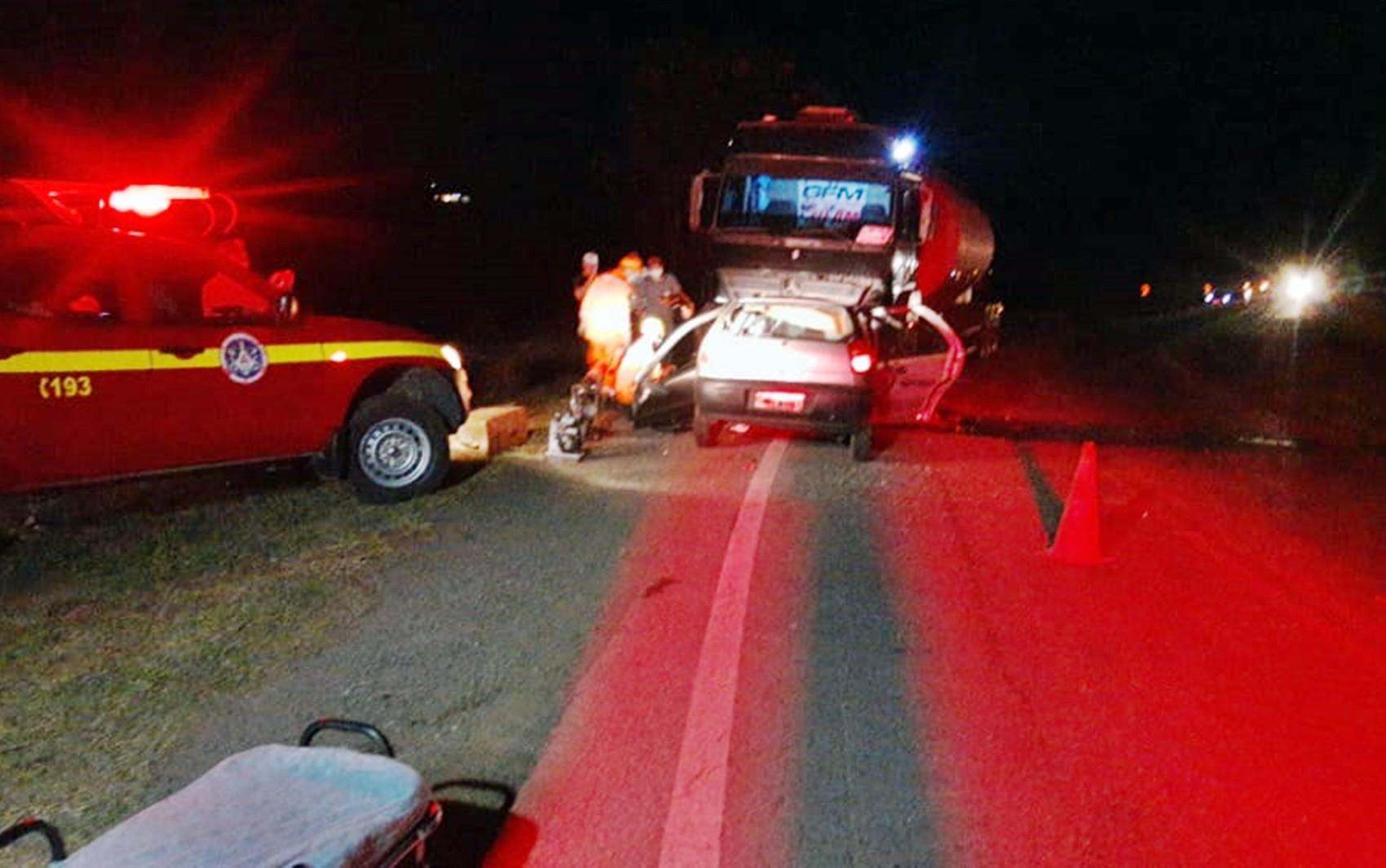 Batida entre carro e carreta mata duas mulheres entre Alfenas e Campos Gerais, MG