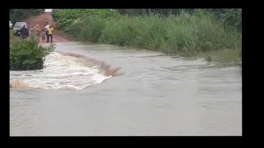 Com ponte queimada, motoristas têm como alternativa estrada de chão que 'vira rio' durante chuva em MT; veja vídeo