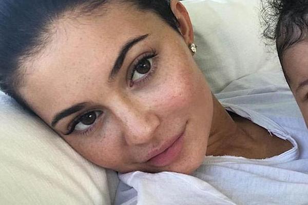 A foto da socialite Kylie Jenner com a filha que gerou polêmica nas redes sociais (Foto: Instagram)