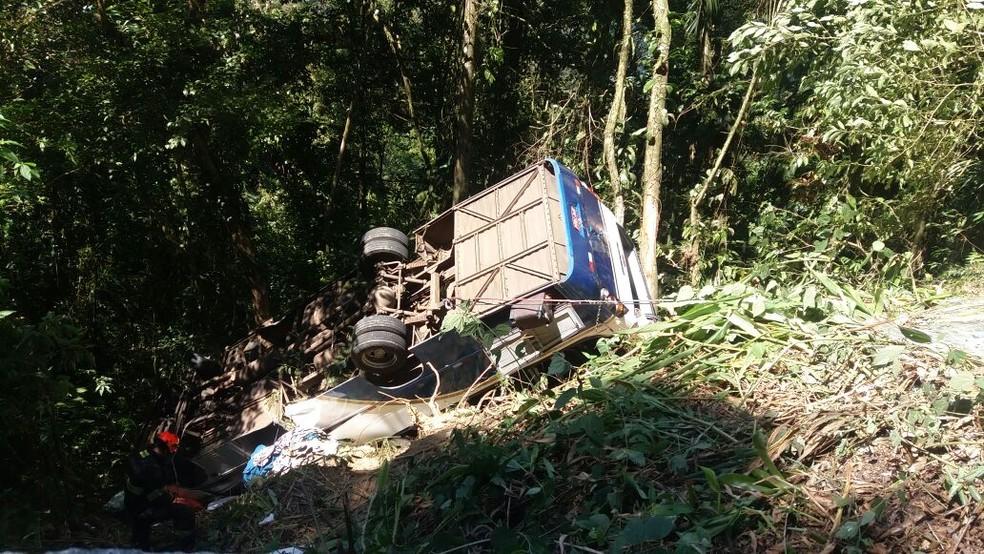 Micro-ônibus cai em ribanceira e deixa mortos e feridos na serra da Rodovia Oswaldo Cruz em Ubatuba, SP  (Foto: Divulgação/ Corpo de Bombeiros)