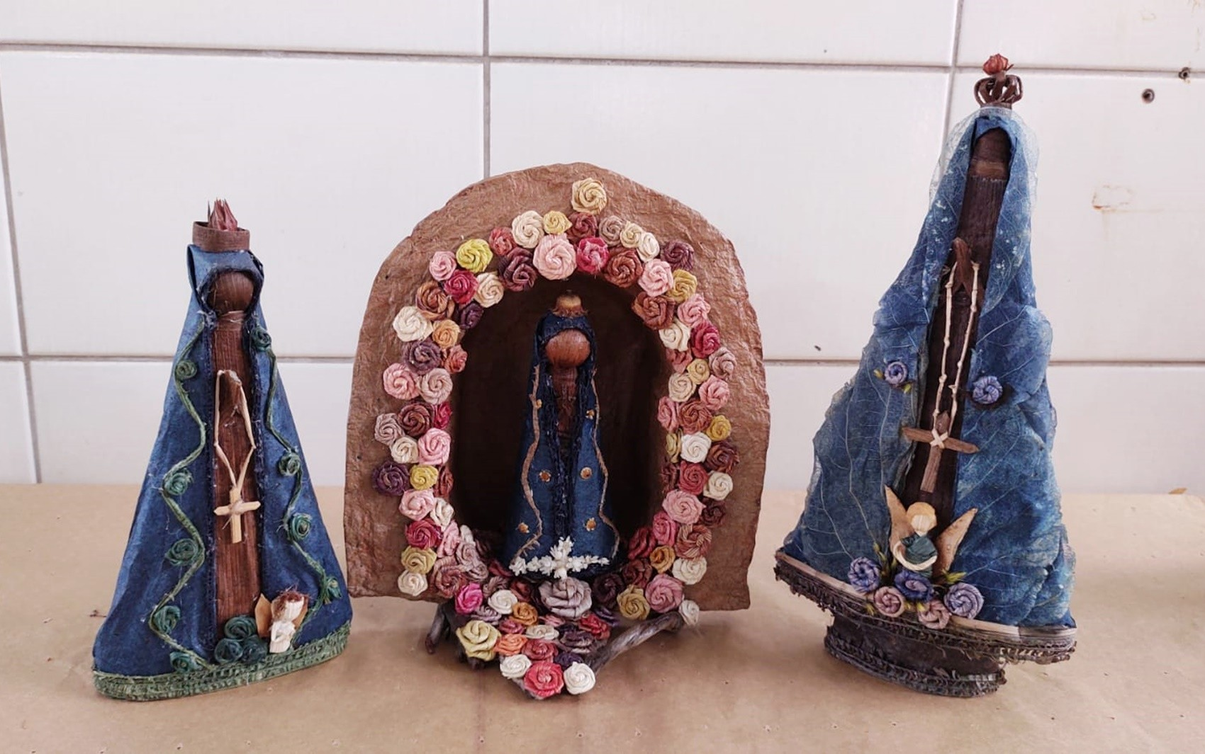 Artesãs produzem mais de 60 'Nossas Senhoras' com fibras de bananeira para exposição no dia da padroeira em MG