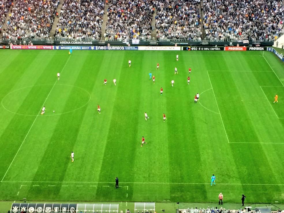 Imagem mostra primeiro tempo do jogo: Vitória recuado e todos os jogadores do Corinthians no campo de ataque (Foto: Diego Ribeiro)
