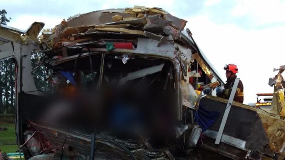 Duas pessoas, entre elas o motorista do ônibus, morreram no acidente na Rodovia Castello Branco, em Itatinga (SP) (Foto: Acontece Botucatu)