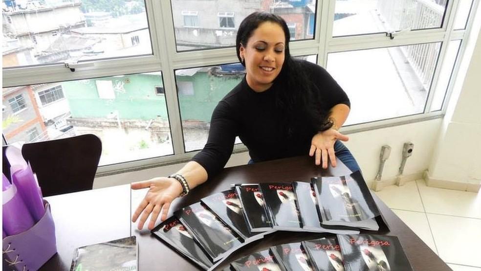 Fabiana Escobar com exemplares da sua autobiografia, 'Perigosa', usada como inspiração pekla autora Glória Perez (Foto: Arquivo pessoal)