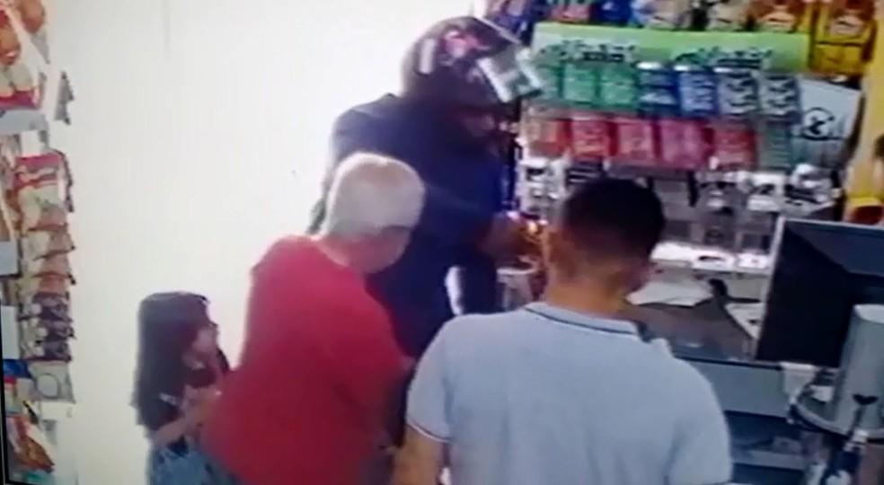 Ação durou cerca de 1 minuto e câmeras de segurança da mercearia flagraram o roubo em Rio Preto (SP) (Foto: Reprodução/Circuito de Segurança)