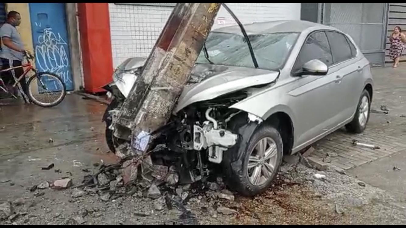 Carro bate em poste e derruba transformador na Estrada da Batalha, em Jaboatão dos Guararapes