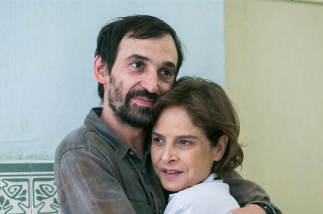 """Drica Moraes gravou suas primeiras cenas em """"Sob pressão"""" com Julio Andrade (Foto: TV Globo/Raquel Cunha)"""
