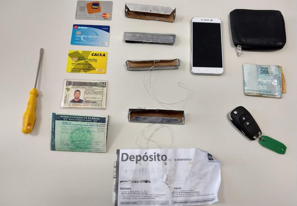 Equipamentos usados para reter os envelopes, além de cartões, celular, dinheiro e ferramenta foram apreendidos — Foto: Divulgação