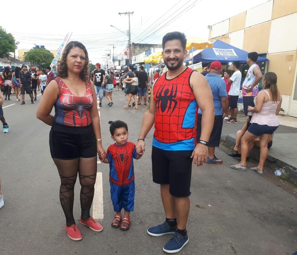 """""""Família Aranha"""" também cai na folia e vai ao desfile do BVQQ em Porto Velho.  — Foto: Ana Kézia Gomes/G1"""