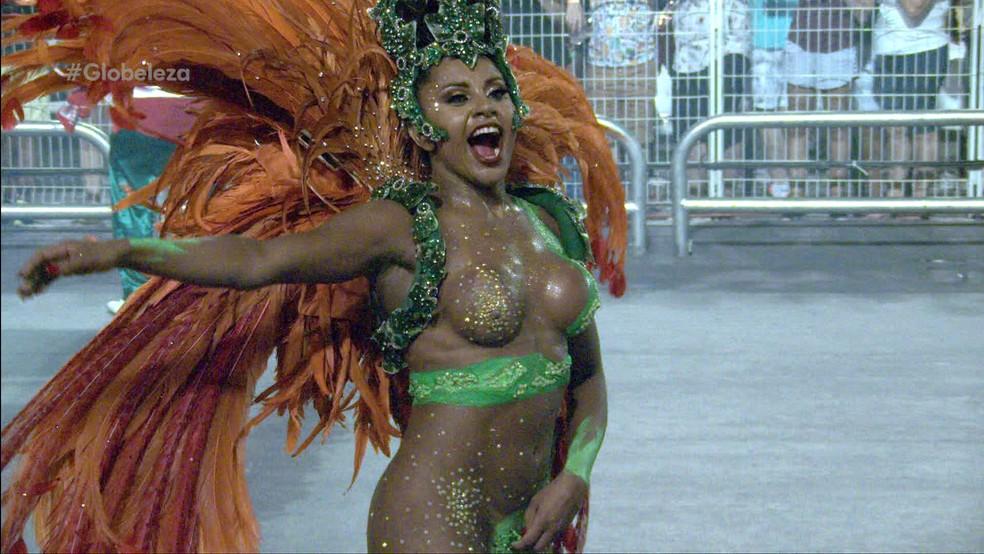 Tarine Lopes, da X-9, desfila segurando o tapa-sexo (Foto: TV Globo/Reprodução)