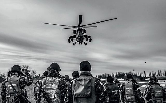 Em 2014, tropas russas invadiram a Ucrânia, mas sem identificação nem reconhecimento do governo russo. Posteriormente, o DFRLab mostrou que postagens de soldados russos no Instagram combinavam com os locais e as datas dos ataques (Foto: Reuters/ Valentyn Ogirenko)