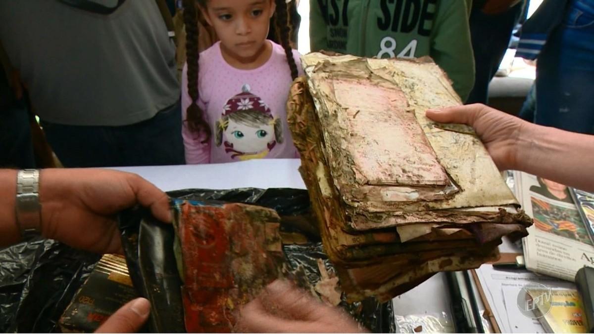 Ex-alunos abrem cápsula do tempo enterrada há 20 anos em colégio tradicional de Campinas