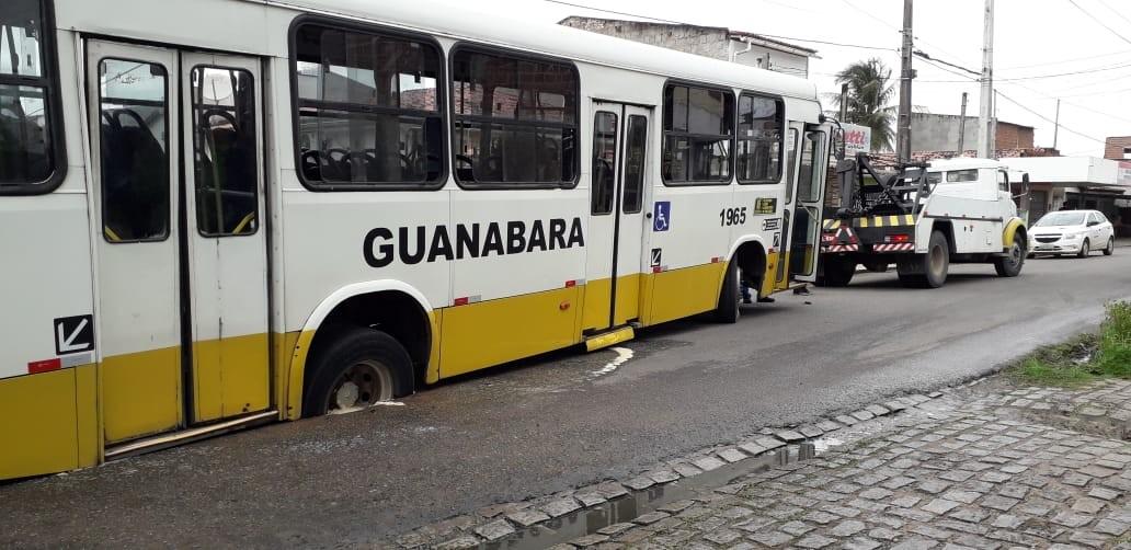Ônibus fica preso em buraco e é puxado por guincho na Zona Norte de Natal - Notícias - Plantão Diário