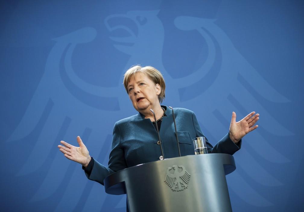 A premiê alemã, Angela Merkel, fala durante coletiva de imprensa sobre o coronavírus antes de se isolar por ter tido contato com médico infectado — Foto: Michael Kappeler via AP