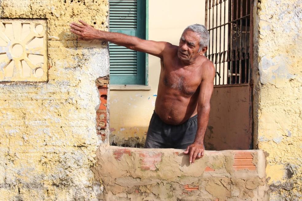Moradores constroem muros dentro das casas para conter enchentes em Parnaíba (Foto: Carlos Rocha/G1)
