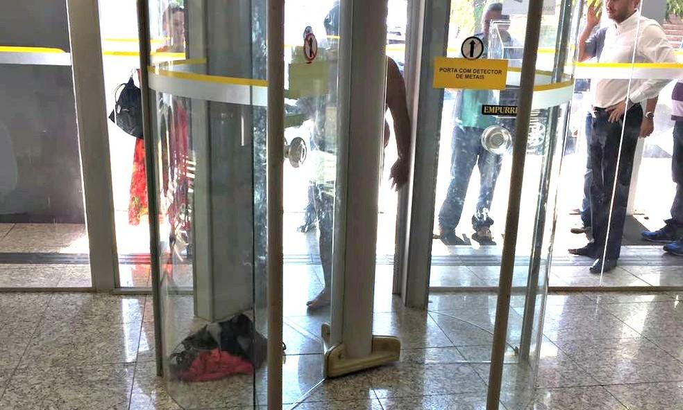 Outra cliente que estava na agência registrou a cena (Foto: Juzi Avelino da Rosa/ Arquivo pessoal)
