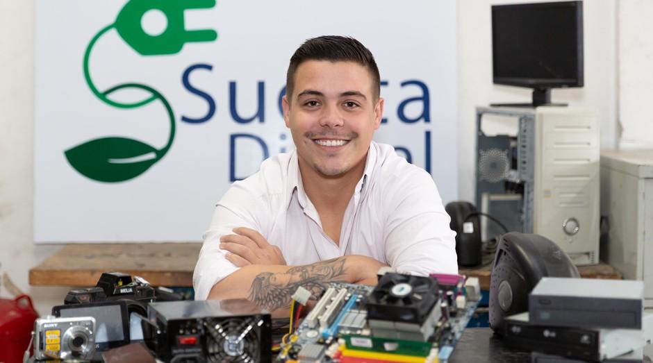 Ele foi demitido pelo pai e abriu empresa de coleta de lixo eletrônico