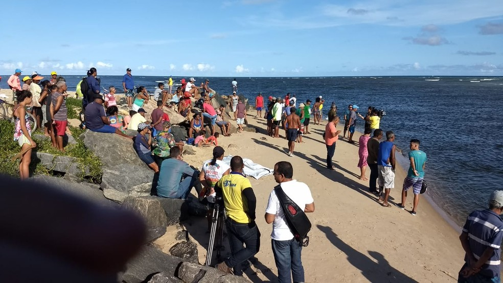 Buscas pelo adolescente desaparecido no mar seguem, em Jaboatão — Foto: Marcos Roberto/TV Globo