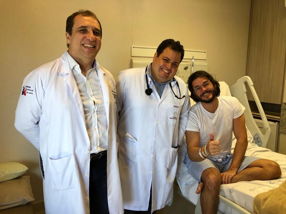 Médicos com o deputado federal eleito Túlio Gadêlha (PDT), que teve alta nesta sexta-feira (30) — Foto: Assessoria/Túlio Gadêlha/Divulgação